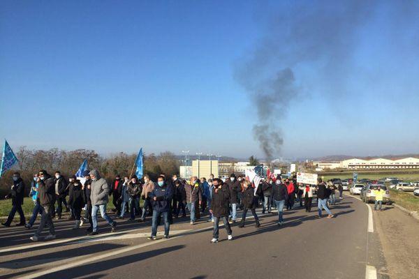 Le cortège de salariés quitte l'entreprise pour rejoindre le centre-ville d'Avallon.