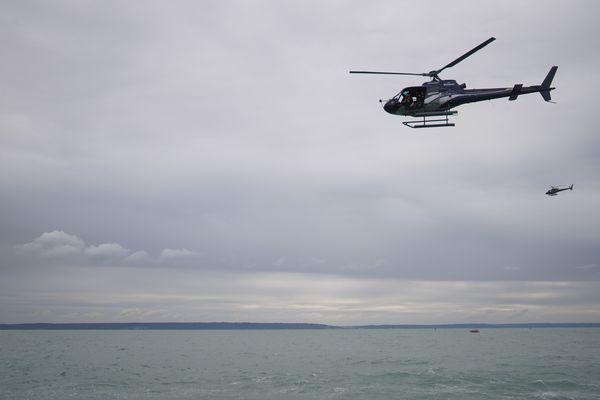 Pour notre plus grand plaisir, les hélicoptères suivent les voiliers afin de réaliser de belles images vues du ciel.