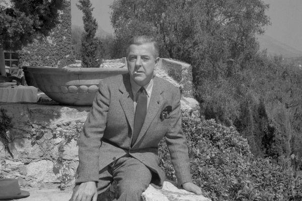 Jacques Prévert est mort le 11 avril 1977. Photo prise devant sa maison à Saint-Paul de Vence en 1948.
