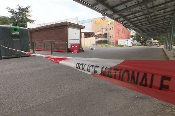 C'est à la sortie d'une boîte de nuit à Sesquières que le policier a été agressé.