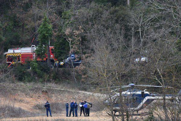 Les gendarmes et pompiers en intervention après l'accident d'hélicoptères qui a coûté la vie à cinq soldats, vendredi matin à Carcès, dans le Var.