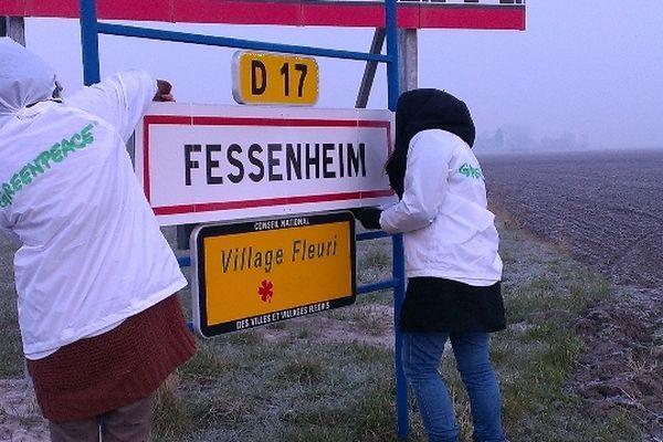"""Le panneau Gravelines changé en Fessenheim, pour montrer que la centrale est également """"à fermer"""""""
