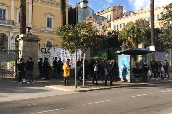 Les personnes se sont rassemblées devant la préfecture d'Ajaccio.