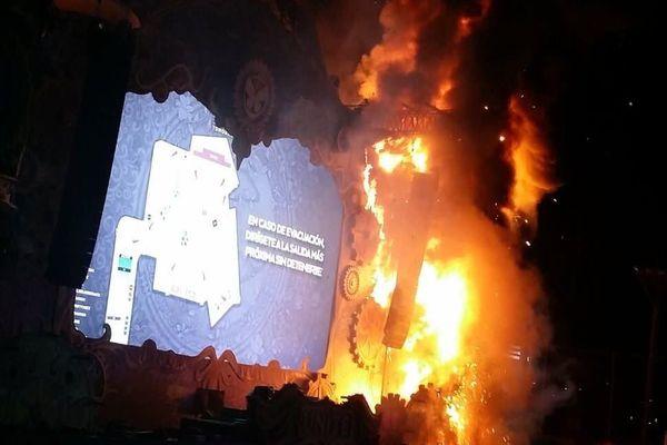 La scène en flammes du Tomorrowland Unite Festival de Barcelone photographiée par un spectateur