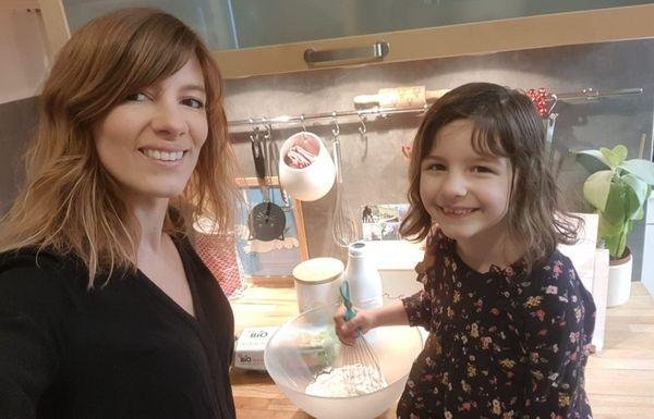 Pauline Cicuto et Anna, en plein atelier cuisine à la maison / Reims, le 23 mars 2020