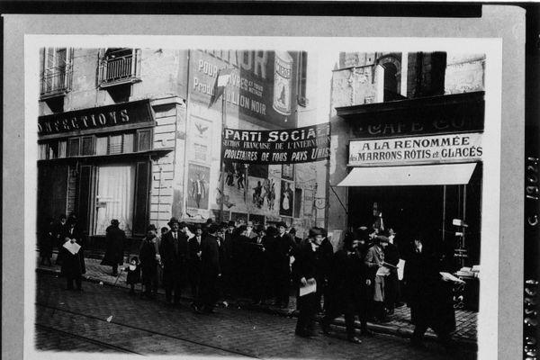 Il y a cent ans jour pour pour, le 25 décembre 1920, débutait le décisif Congrès de Tours. Ci-dessus, les congressistes socialistes à l'entrée de la salle des débats.