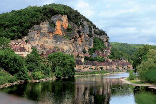 La commune de La-Roque-Gageac en bord de Dordogne dans le périgord noir