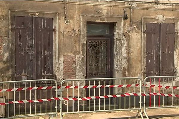 Depuis mardi, des barrières protègent les passants du risque d'effondrement de cette vieille bâtisse montreuilloise.