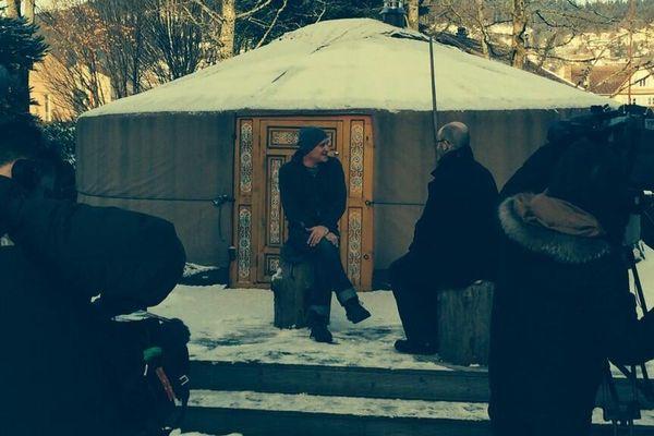 Jan Kounen, président du Jury, brave le froid et la neige pour son interview par l'équipe de France 3 Lorraine.