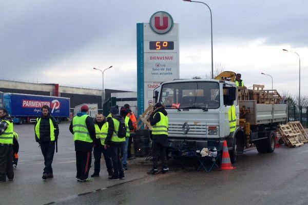 Les gilets jaunes ont bloqué une partie de la journée la plateforme Super U à Saint-Vit.