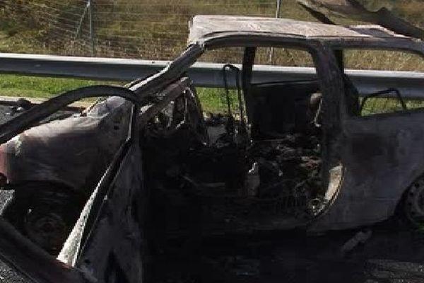 Paulhan (Hérault) - accident sur l'A.75, la voiture en faute a totalement brûlé - 1er novembre 2012.