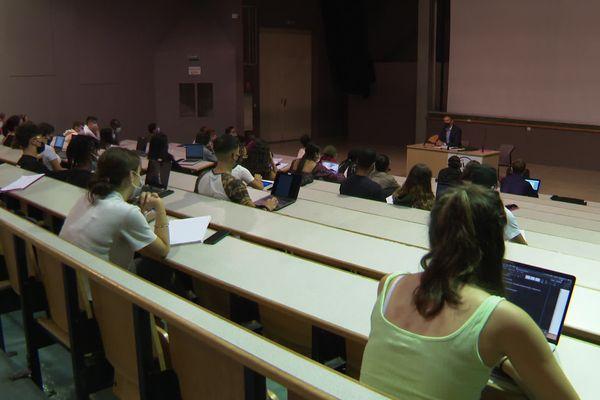 Des étudiants masqués assistent à un cours en présentiel dans un amphithéâtre de l'université Paul Valéry à Montpellier. 14 septembre 2021.