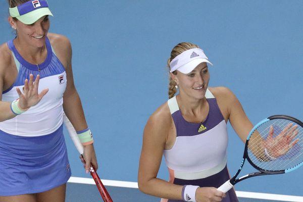 Kristina Mladenovic (à droite) et sa partenaire de double Timea Babos, se qualifient pour la finale de l'Open d'Australie.