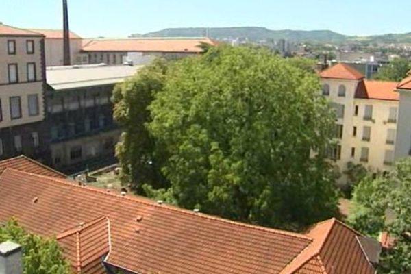 Il faudra encore attendre pour consulter le dossier complet de l'enquête publique sur le site de l'Hôtel-Dieu, une friche de 4,5 hectares en plein centre de Clermont-Ferrand.