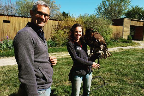 Jacques-Olivier Travers, fauconnier et Eva Meynier, biologiste.