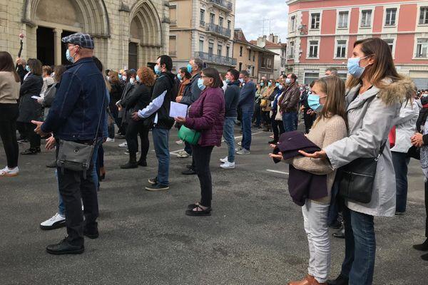 """La foule récitant un """"Notre Père"""" aux obsèques de Victorine Dartois."""