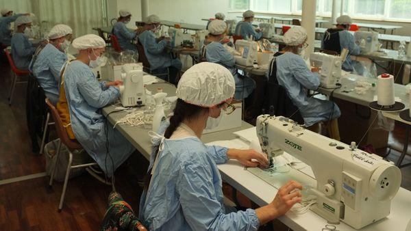 Le groupe RKF de Luxeuil-les-Bains a transformé son magasin d'usine en atelier dédié à la fabrication de masques.