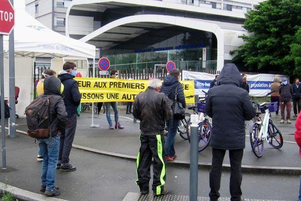 Du monde aussi devant l'hôpital d'Angers