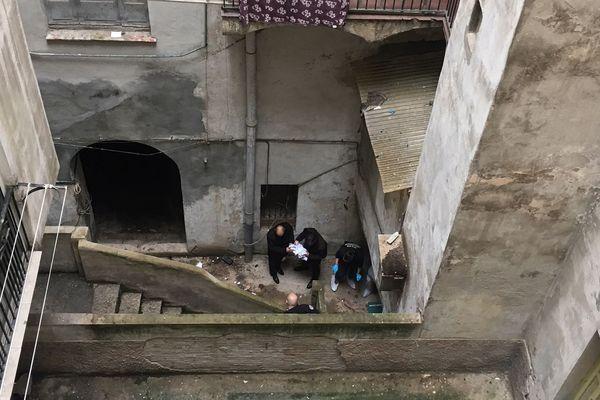Ajaccio : La police procède à des constatations après la chute mortelle d'un homme du 2ème étage d'un immeuble