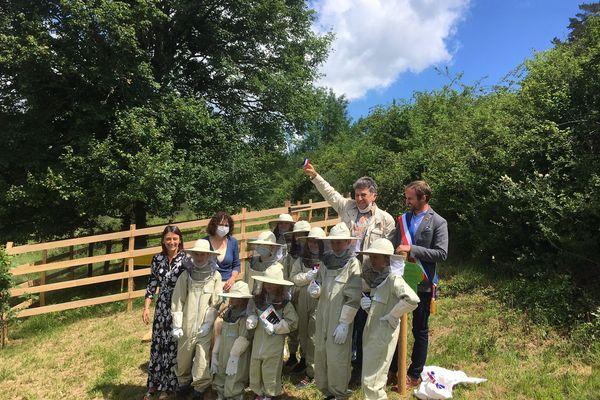 Ces apiculteurs amateurs qui flottent encore un peu dans leur tenue sont ceux à qui nous léguons un monde où les insectes disparaissent. Ils auront à réparer nos erreurs