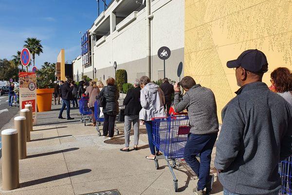 Longue file d'attente devant le magasin Carrefour d'Antibes ce lundi 16 mars.