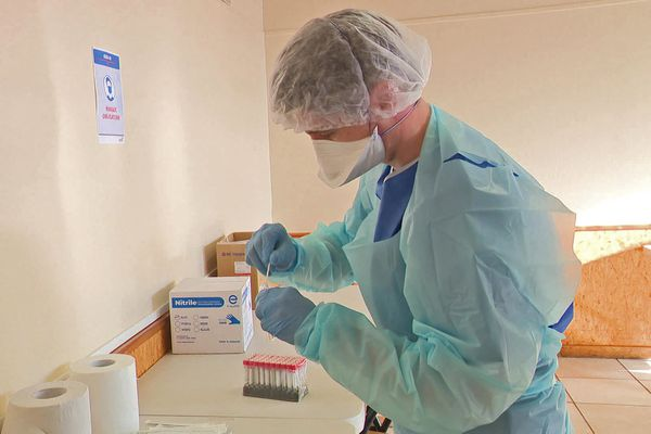 Préparatifs dans un centre de dépistage Covid en Normandie