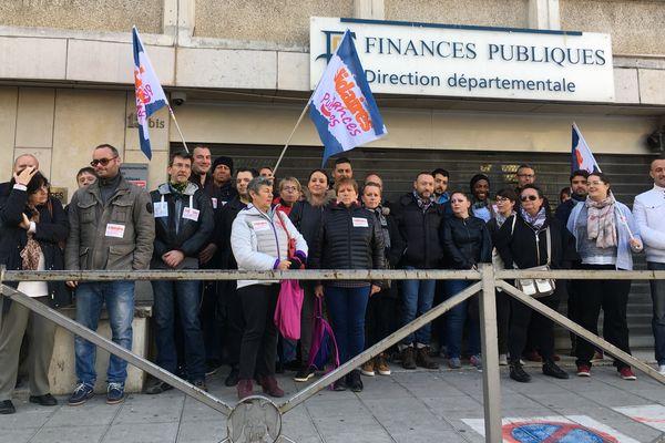 Les agents de la direction départementale des finances publiques devant leur bâtiment.