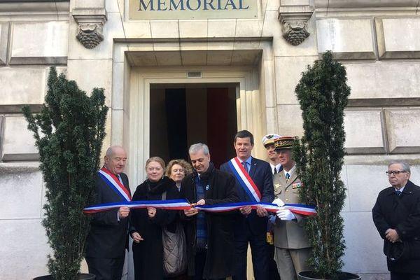 Les élus de la ville de Tours devant le mémorial.