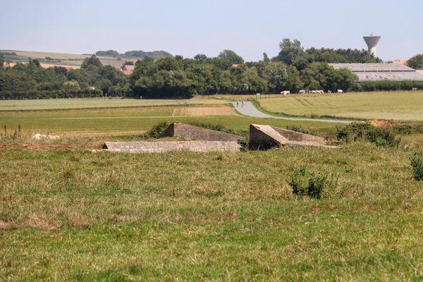 Ces blocs de béton marquent l'entrée d'abris anti-aériens construits pendant la Seconde Guerre Mondiale dans le hameau de Warcove, à Audembert.