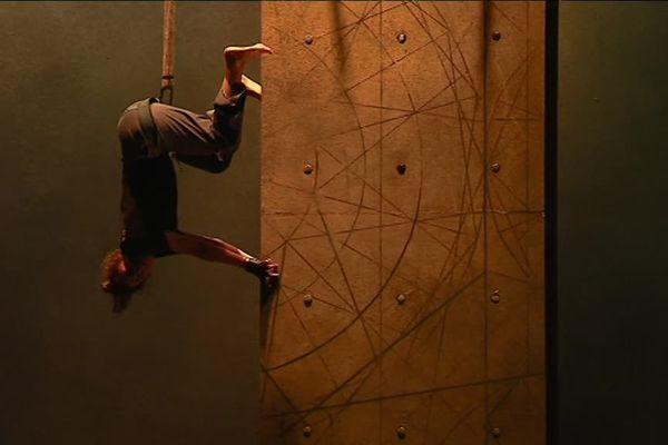 """""""Vertikal"""", de Mourad Merzouki: les danseurs ne doivent pas avoir le vertige"""