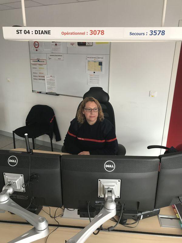 Derrière ses écrans d'ordinateurs, Karen Voisin est le premier maillon de la chaîne des secours. Face à toutes les situations, elle répond à la détresse qui échoue au 18 ou au 112 dans le Loiret