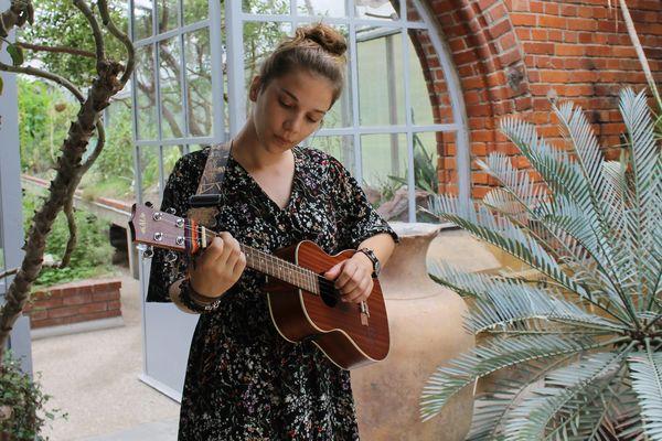 Louise-Ellie a dernièrement sorti un EP, un mini-album avec 6 titres, et prépare un album.