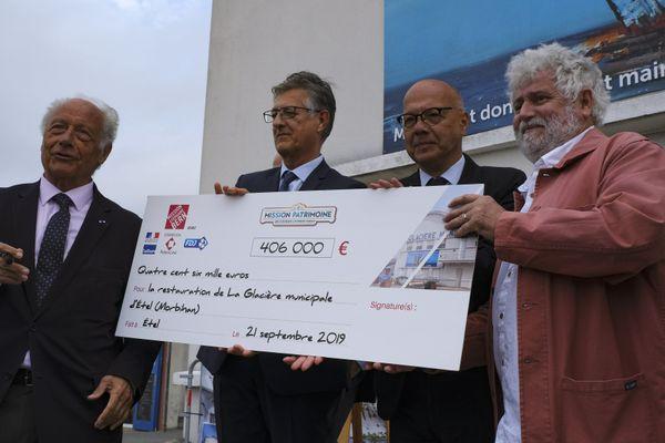 Remise du chèque de la mission du patrimoine en 2019 pour le projet de rénovation de la glacière