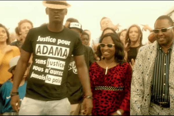 """Ce message de soutien réclamant """"Justice pour Adama"""" avait été flouté par la chaîne W9 par """"souci de neutralité"""""""
