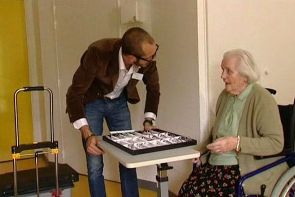 Il vend des lunettes de vue dans les maisons de retraite.