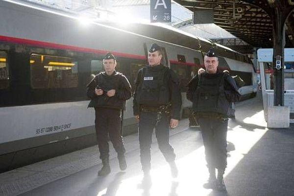 Des policiers en patrouille à la gare de l'Est à Paris, le 15 novembre 2015