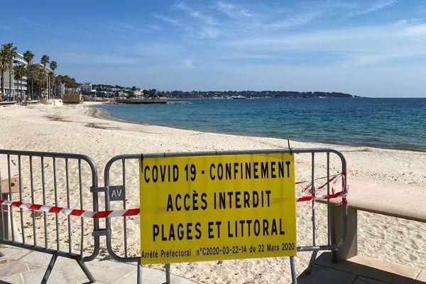 Malgré le déconfinement, l'accès aux plages comme ici à Juan-Les-Pins reste interdit, et il reste soumis à une autorisation préfectorale.