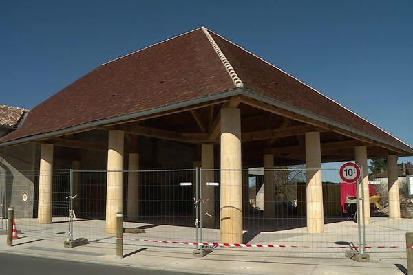 En même temps que le centre commercial à l'autre bout du bourg, une toute nouvelle halle au marché vient d'être terminée à Sorges