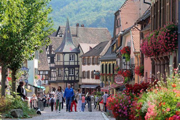 Kaysersberg, ses maisons à colombage et ses balades bucoliques, attire à nouveau de plus en plus d'Alsaciens et d'ultra-locaux.