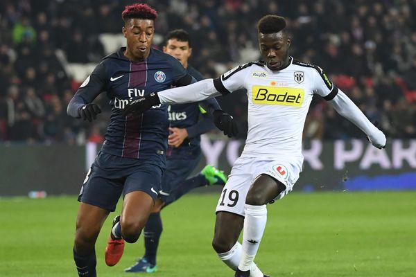 Nicolas Pepe aux prises avec le Parisien Presnel Kimpembe, le 30 novembre 2016. Les Angevins s'étaient inclinés 2 à 0.