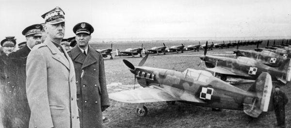 Le général Wladyslaw Sikorski, chef du gouvernement polonais en exil, inspectant en France, en avril 1940, les chasseurs polonais équipés de Morane-Saulnier MS.406.