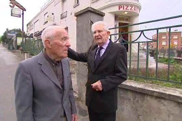 André Collard (au premier plan), et le colonel Roland Legrand sur les lieux d'un de leurs sabotages, à Nancy, avenue de Boufflers.