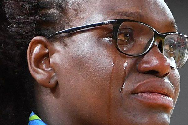 Les larmes de joie d'Emilie Andéol sur la plus haute marche du podium à Rio.