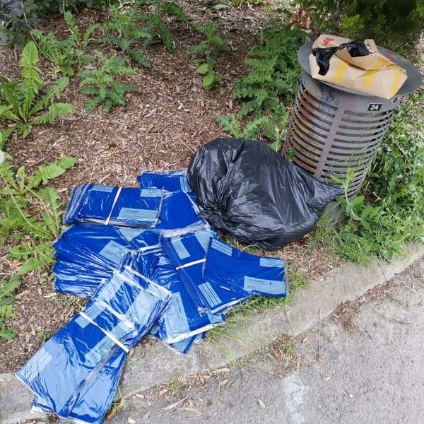 Les plis électoraux découverts au pied de la poubelle à Ronchin.
