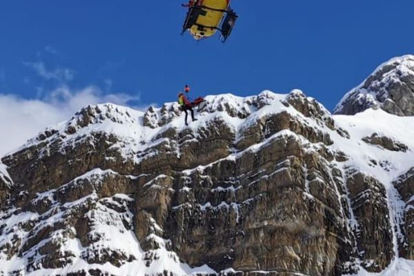 """L'hélicoptère """"Dragon 64"""" de la Sécurité Civile des Pyrénées-Atlantiques a transporté les sauveteurs sur les lieux de l'avalanche."""