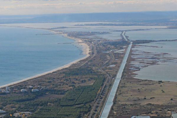 Le canal du Rhône à Sète s'étend sur plus de 100 kilomètres entre Aigues-Mortes et Sète - avril 2021