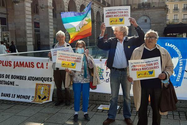 Roland Nivet et des militants du Mouvement de la Paix, lors d'un rassemblement pour la ratification du traité sur l'interdiction des armes nucléaires, à Rennes le 9 août 2021.