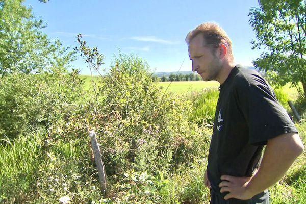Benjamin Legrand à l'endroit où ses ruches ont été volées.