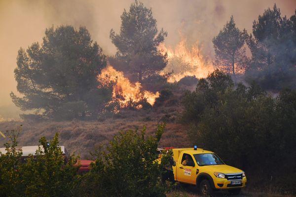 Près de 24 heures après le départ de l'incendie, le feu n'est toujours pas fixé  sur le mont d'Alaric, dans l'Aude - 25 juillet 2021