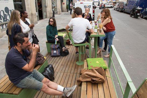 """Le premier """"parklet"""" a été installé fin juillet, rue de la Bourse, dans le IIème arrondissement de Paris."""